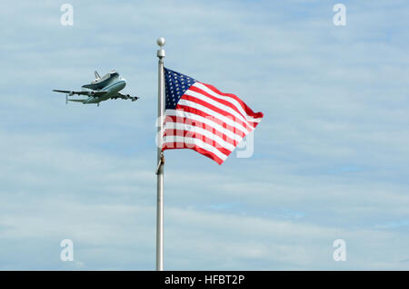 120417-N-EV723-002 WASHINGTON (April 17, 2012) The space shuttle Discovery attached to its 747 transport passes - Stock Photo