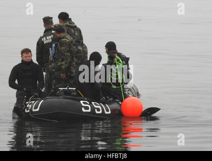 CHINHAE, Republic of Korea (Mar. 19, 2009) Seabees from Underwater Construction Team (UCT) 2 and Mobile Diving and - Stock Photo