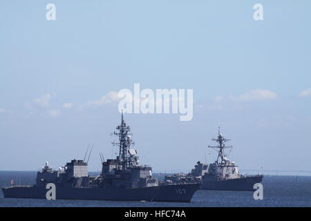 YOKOSUKA, Japan (Aug. 5, 2010) – The guided-missile destroyer USS Mustin (DDG 89) and sister ship JDS Ikazuchi (DD - Stock Photo