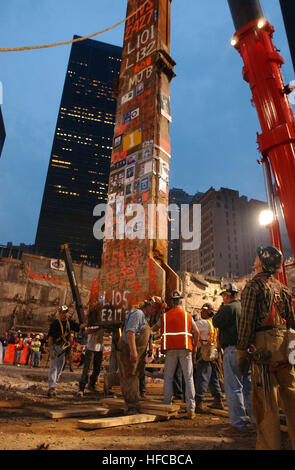 020528-N-3783H-355 New York City (May 28, 2002) -- Construction workers carefully maneuver the last piece of debris - Stock Photo