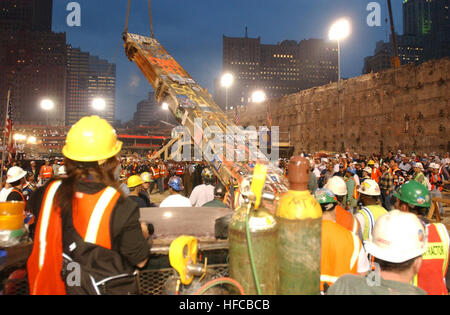 020528-N-3783H-369 New York City (May 28, 2002) -- Construction workers carefully lower the last piece of debris - Stock Photo