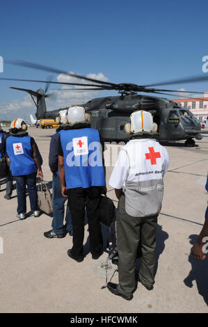 GUANTANAMO BAY, Cuba – American Red Cross volunteers board an MH-35E Sea Dragon helicopter bound for Haiti at the - Stock Photo