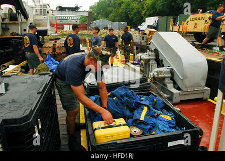 Navy divers from Mobile Diving and Salvage Unit (MDSU) 2 pack their gear in preparation for their return to Naval - Stock Photo