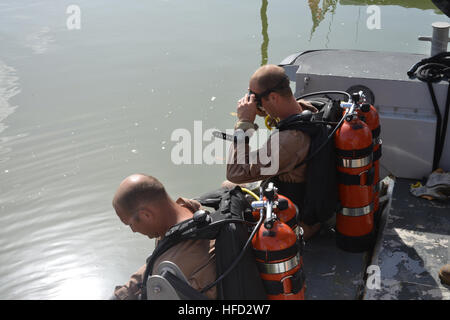 Petty Officer 2nd Class Christopher Michaels and Petty Officer 2nd Class Stephen Graddon prepare to enter the water - Stock Photo
