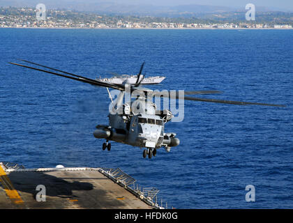 081103-N-2183K-085 PACIFIC OCEAN (Nov. 3, 2008) A CH-53E Super Stallion helicopter descends to the flight deck during - Stock Photo