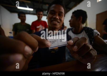 Fuca, a Timorese college student attending the Universidade Nacional Timor Lorosa'e completes an English exercise - Stock Photo