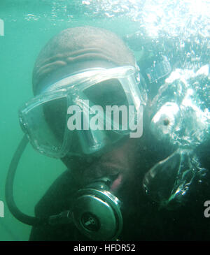 GUANTANAMO BAY, Cuba – Petty Officer 2nd Class Clessie Simmons, a Navy diver here, works underwater checking piers - Stock Photo