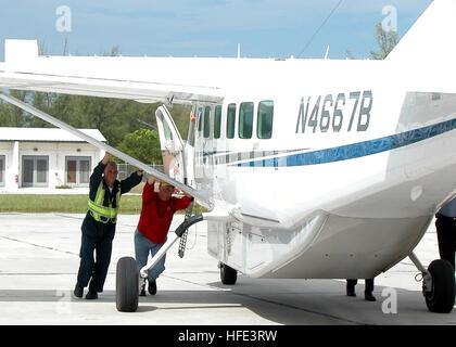 040902-N-4779D-004 Naval Air Station Key West, Fla. (Sep. 2, 2004) - Personnel from Naval Air Station (NAS) Key - Stock Photo