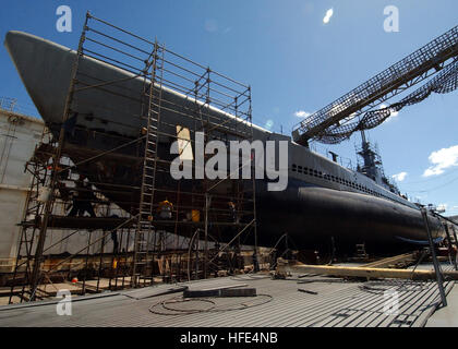 041005-N-3019M-004 Pearl Harbor, Hawaii (Oct. 5, 2004) - Marisco Ltd. workers repair the aging hull of the decommissioned - Stock Photo