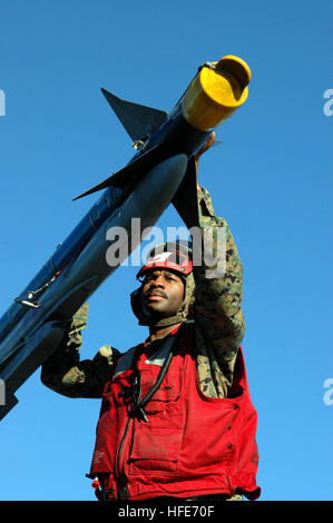 041217-N-2143T-025 Pacific Ocean (Dec. 17, 2004) - Gunnery Sgt. Gerald Scott from Philadelphia, Pa., assigned to - Stock Photo