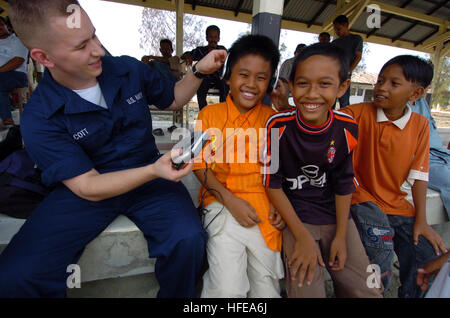 050222-N-8629M-319 Banda Aceh, Sumatra, Indonesia (Feb. 22, 2005) - Hospital Corpsman Seaman Joshua Scott, assigned - Stock Photo