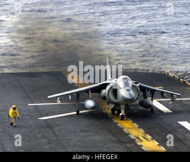 030313-N-8933S-001 Atlantic Ocean (Mar. 13, 2003) -- Chief Aviation Boatswains Mate Louis K. Peterson gives the - Stock Photo