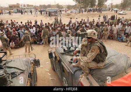 030408-N-5362A-005 Near Al Najaf, Iraq (April 08, 2003) -- U.S. Army military police provide crowd control while - Stock Photo