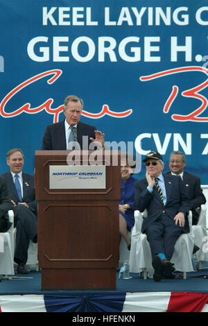 030906-N-2383B-073 Newport News, Va. (Aug. 26, 2003) -- Principle speaker President George H.W. Bush makes remarks - Stock Photo