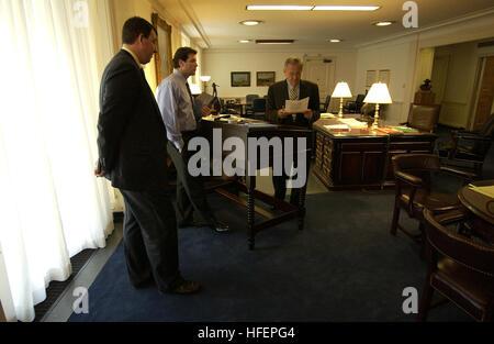 031016-F-2828D-002 Pentagon Washington D.C. (Oct. 16, 2003) -- Secretary of Defense Donald H. Rumsfeld speaks with - Stock Photo