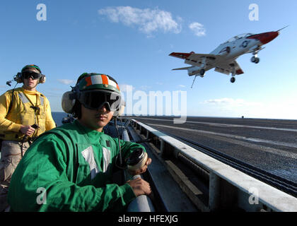 040419-N4190W-001 Atlantic Ocean (Apr. 19, 2004) - A deck edge operator and arresting gear officer ensure the flight - Stock Photo