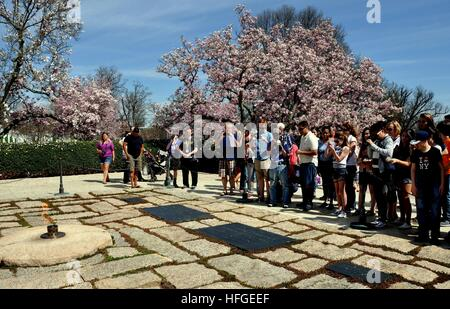 Arlington, Virginia: Tourists snapping photos at the gravesites ofJohn F. Kennedy, Jacqueline Kennedy Onassis, and - Stock Photo