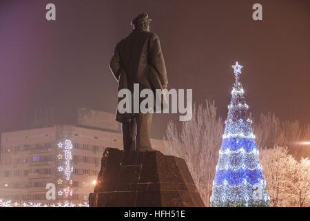 Donetsk, Donetsk Oblast, Ukraine. 1st Jan, 2017. Lenin statue with a Christmas tree in the center of Donetsk city, - Stock Photo