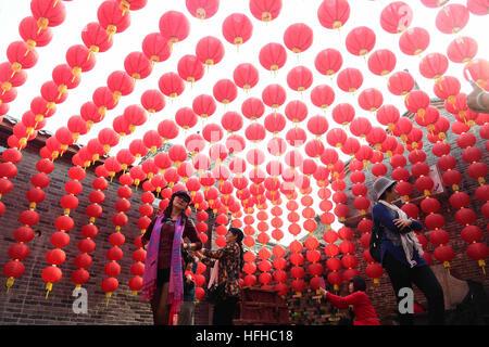 Nanning, China's Guangxi Zhuang Autonomous Region. 2nd Jan, 2017. Tourists visit the Qingwanfang ancient village - Stock Photo