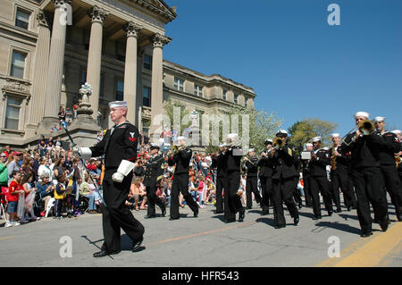 060422-N-6362C-001 Ames, Iowa (April 22, 2006) - Member from Navy Band Great LakesÕ Parade Band march in a parade, - Stock Photo