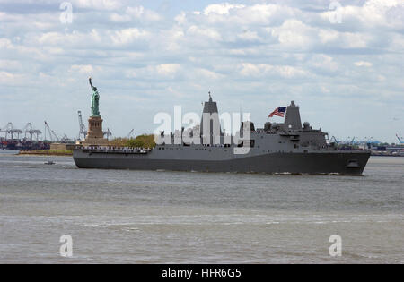 060524-N-4936C-004 New York Harbor (May 24, 2006) - The amphibious transport dock ship USS San Antonio (LPD 17) - Stock Photo