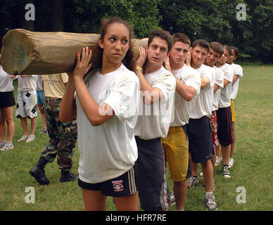 060620-N-5215E-001 Annapolis, Md. (June 22, 2006) - High school students participate in log PT as part of the U.S. - Stock Photo
