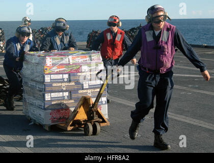 070628-N-6710M-006   CORAL SEA (June 28) - Members assigned to the flight deck crew transit supplies during a vertical - Stock Photo