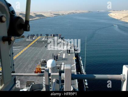 060902-N-8547M-025 Suez Canal (Sept. 2, 2006) Ð Sailors aboard the amphibious assault ship USS Saipan (LHA 2) view - Stock Photo