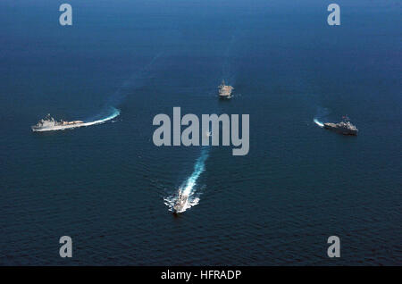 061020-N-5067K-048 South China Sea (Oct. 20, 2006) - The Essex Amphibious Ready Group (ARG) performs an emergency - Stock Photo