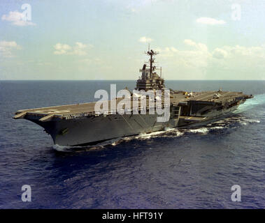 A port bow view of the aircraft carrier USS INDEPENDENCE (CV-62) underway. USS Independence (CV-62) underway 1979 - Stock Photo
