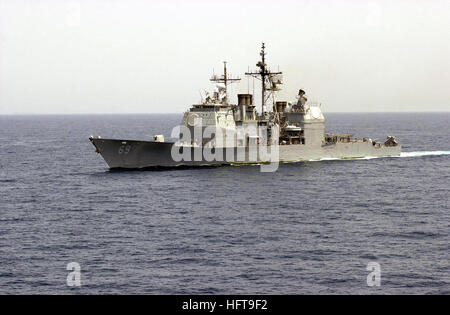 Port bow view of the US Navy (USN) TICONDEROGA CLASS: Guided Missile Cruiser (AEGIS) USS VICKSBURG (CG 69) underway - Stock Photo