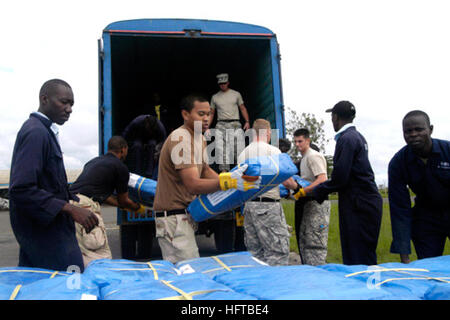061207-N-8113D-008 Nairobi, Kenya (Dec. 7, 2006) - A U.S. Navy Sailor, helps Kenyan workers and U.S. Army service - Stock Photo