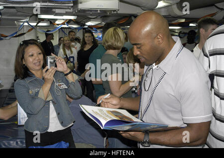 070204-N-6674H-126 Pearl Harbor, Hawaii (Feb. 4, 2007) - New York Giants running back Tiki Barber signs autographs - Stock Photo