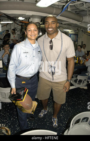 070204-N-6674H-039 Pearl Harbor, Hawaii (Feb. 04, 2007) - New York Giants running back Tiki Barber poses with Information - Stock Photo