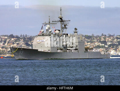 Quarter port bow view of the US Navy (USN) TICONDEROGA CLASS: GUIDED MISSILE CRUISER (AGEIS), USS MOBILE BAY (CG - Stock Photo