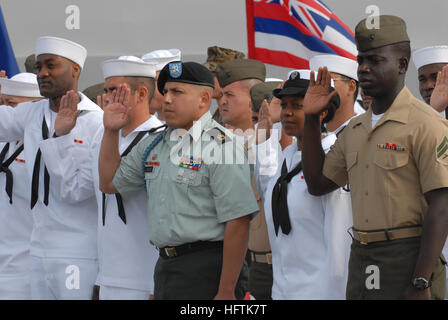070404-N-9909C-004  SAN DIEGO (April 4, 2007) - Sergeant 1st Class Jose Vargas, center, joined 58 Sailors and Marines - Stock Photo