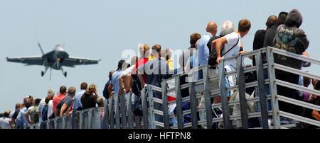 070602-N-2984R-003  ATLANTIC OCEAN (June 2, 2007) - Family members and the crew watch flight operations as part - Stock Photo