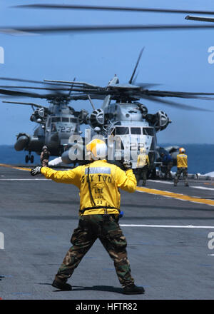 070615-N-4014G-231 ATLANTIC OCEAN (June 15, 2007) - A Sailor aboard amphibious assault ship USS Kearsarge (LHD 3) - Stock Photo