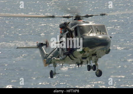 060127-N-4374S-009 Indian Ocean (Jan. 27, 2006) - A Royal Netherlands Navy Lynx helicopter, assigned to the HNLMS - Stock Photo