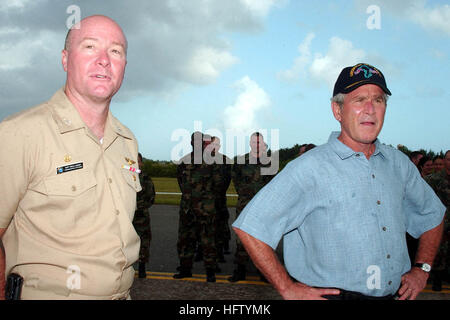 070904-N-1531D-014 DIEGO GARCIA (Sept. 4, 2007) - President George W. Bush and Capt. Greg L. Looney, commanding - Stock Photo