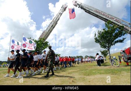 070909-N-8933S-035 VIRGINIA BEACH, Va. (Sept. 9, 2007) - U.S. Air National Guard Tech. Sgt. Adrian Hampton and young - Stock Photo
