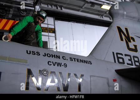 070126-N-9928E-077 Pacific Ocean (Jan. 26, 2007) - Aviation Structural Mechanic 3rd Class Osvaldo Medrano prepares - Stock Photo