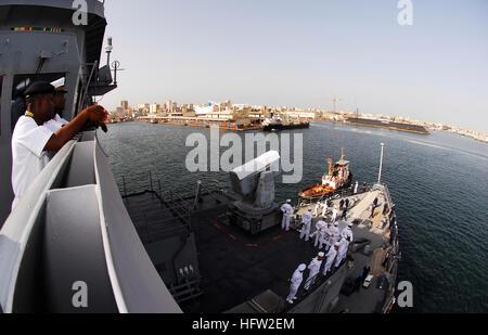 071105-N-8933S-108 DAKAR, Senegal (Nov. 5, 2007) - Aboard amphibious dock landing ship USS Fort McHenry (LSD 43), - Stock Photo