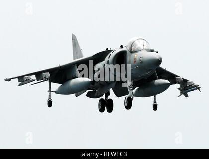 080922-N-2183K-061 ARABIAN SEA (Sept. 22, 2008) An AV-8B Harrier jet lands aboard the amphibious assault ship USS - Stock Photo