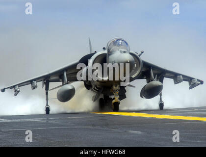 081021-N-5148B-170 PACIFIC OCEAN (Oct. 21, 2008) An AV-8B Harrier jet assigned to Marine Attack Squadron 311 (VMA) - Stock Photo