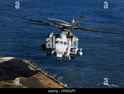 081103-N-2183K-058 PACIFIC OCEAN (Nov. 3, 2008) A CH-53E Super Stallion helicopter descends to the flight deck during - Stock Photo