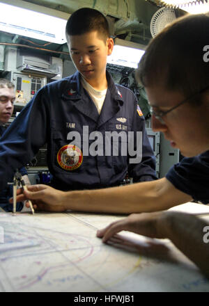 050704-N-0879R-009 Pearl Harbor, Hawaii (July 4, 2005) – Sailors assigned to the Los Angeles-class attack submarine - Stock Photo
