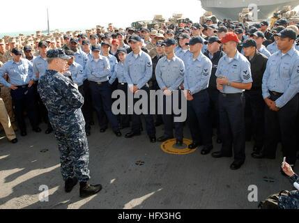 081219-N-0803S-007 MANAMA, Bahrain (Dec. 19, 2008) Chief of Naval Operations (CNO) Adm. Gary Roughead speaks to - Stock Photo