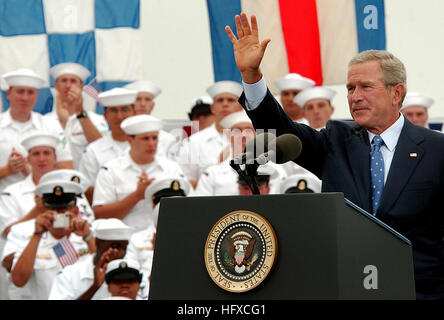 050830-N-7130B-288 Coronado, Calif. (Aug. 30, 2005) - President George W. Bush waves to service members upon the - Stock Photo