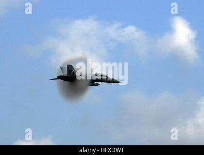 050918-N-2328P-382 Virginia Beach, Va. (Sept. 18, 2005) - An F/A-18F Super Hornet, assigned to the ÒCheckmatesÓ - Stock Photo